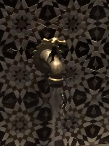 robinet-de-fontaine-cuivre-jaune